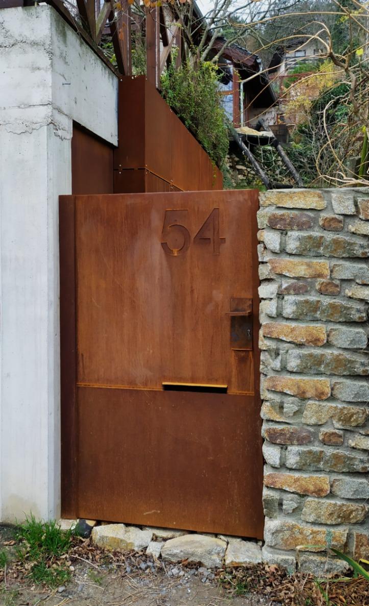 Vstupná bránka a vnútorné obloženie garáže Devín