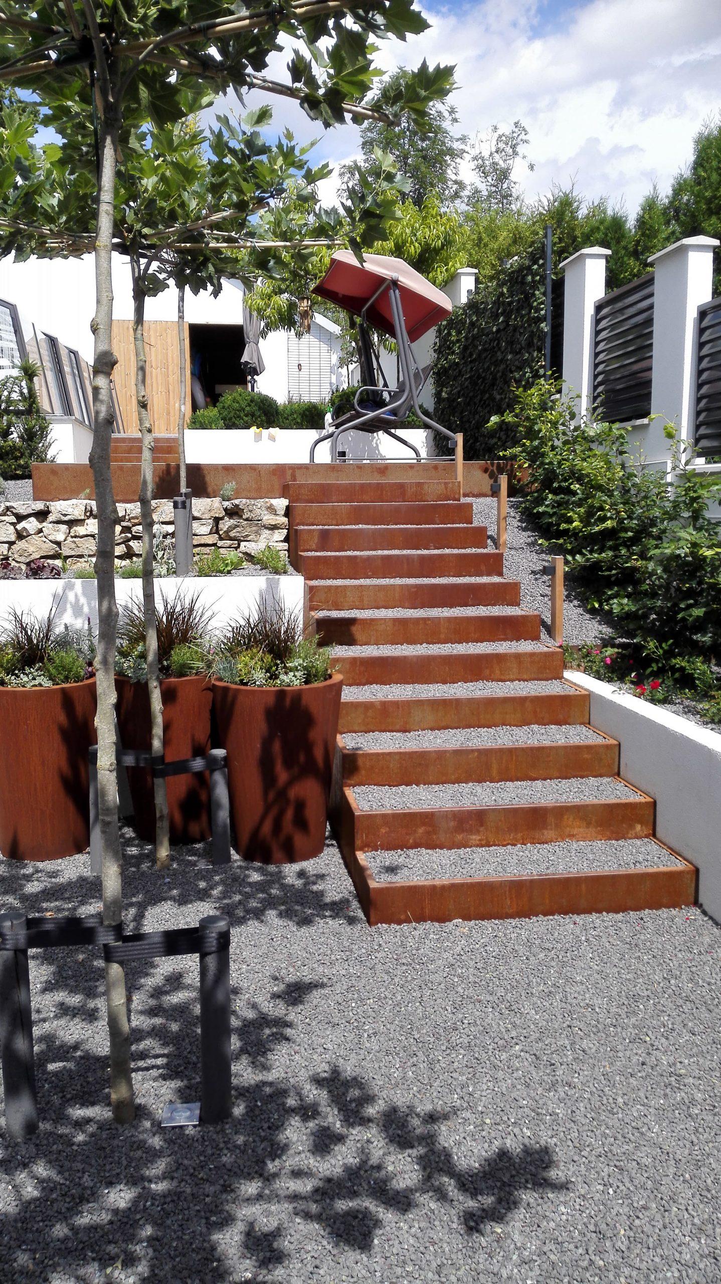 Záhradné schody a kvetináče, Šterusy